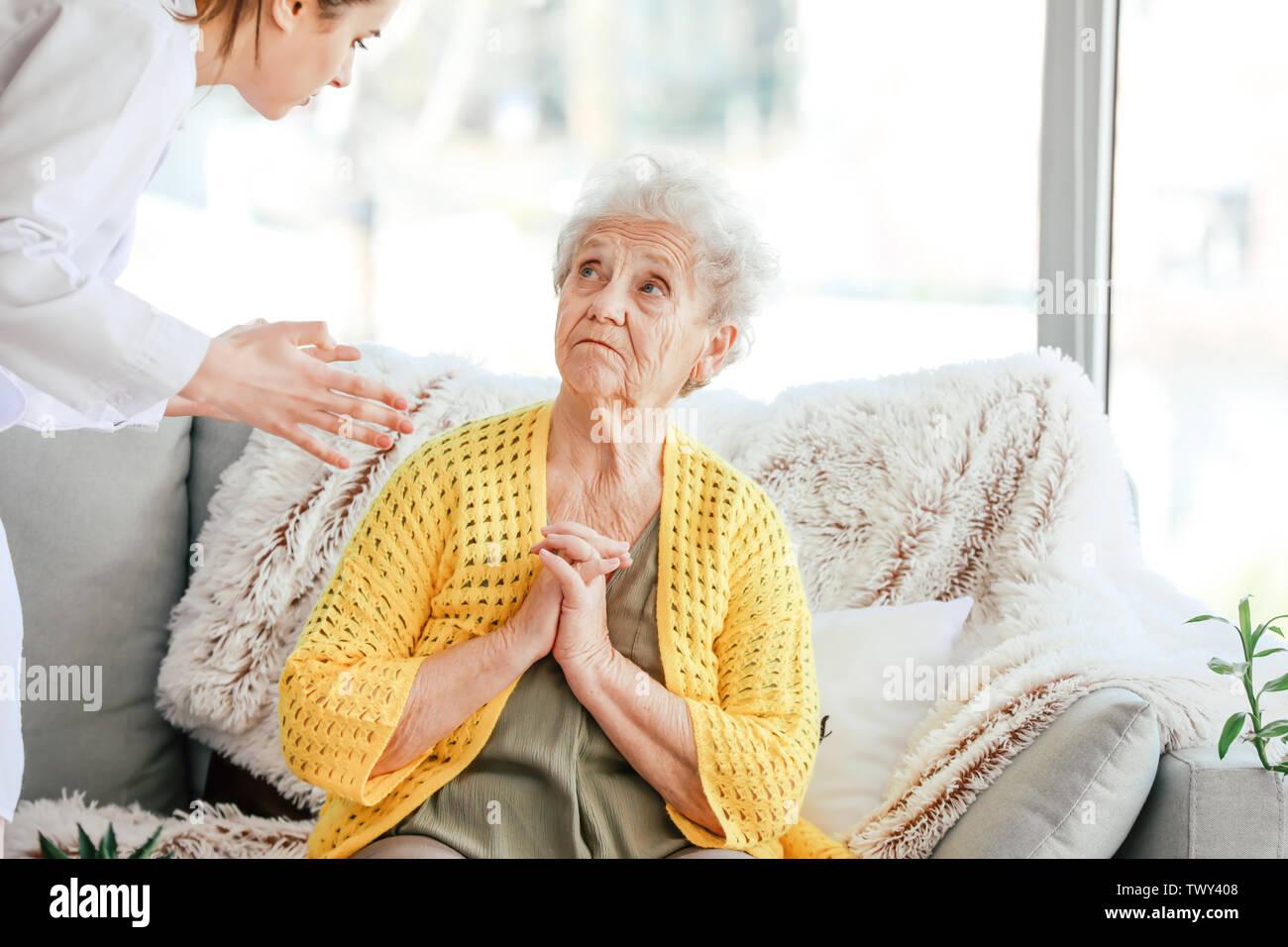 Arzt die Misshandlung von älteren Frau im Pflegeheim Stockbild