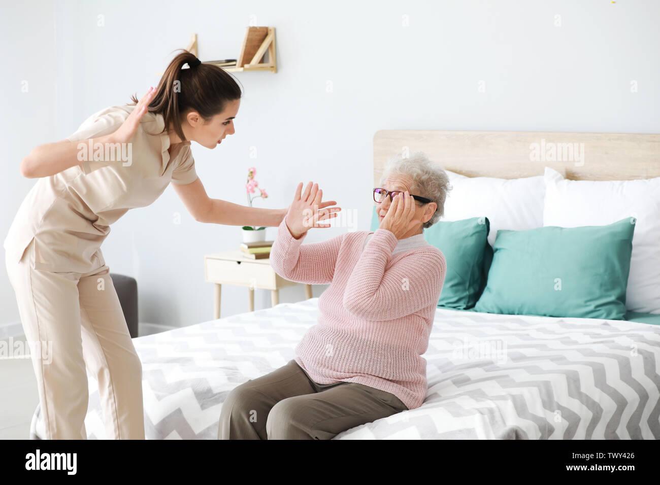 Betreuer die Misshandlung von älteren Frau im Pflegeheim Stockbild