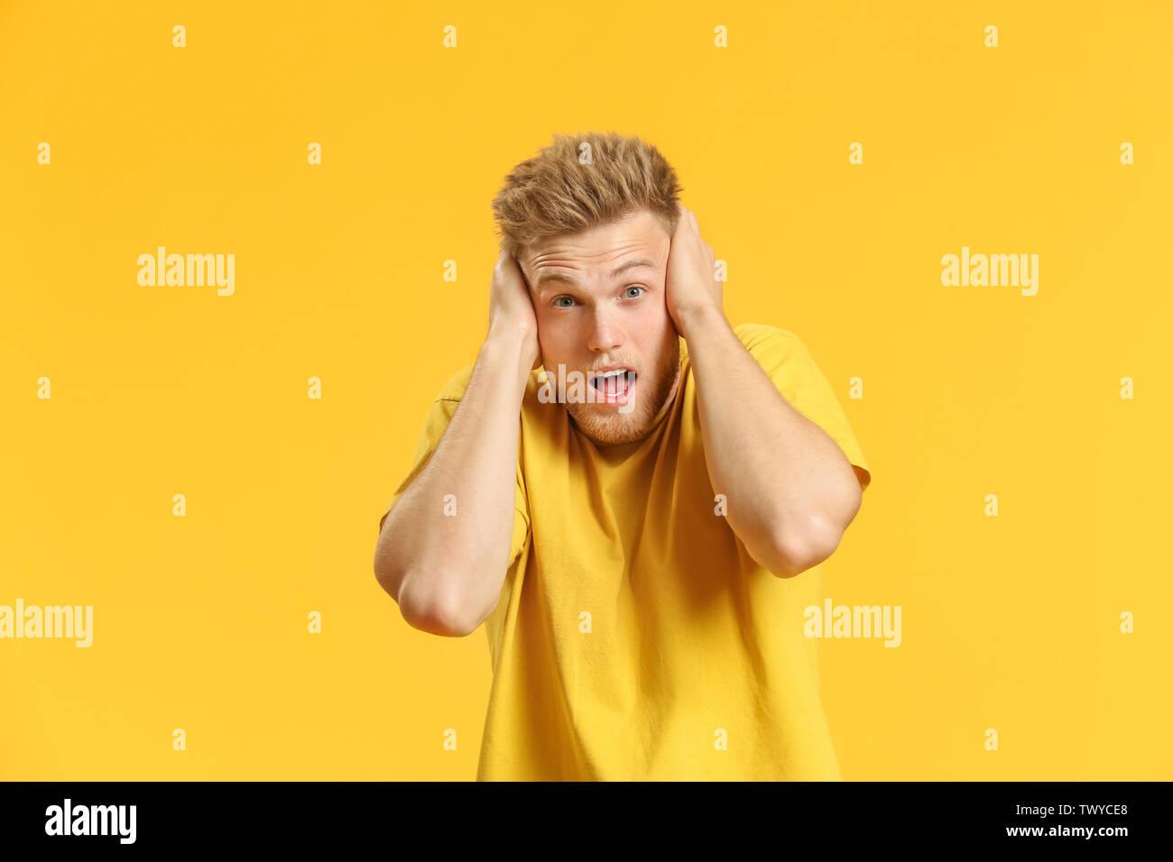 Portrait von Angst junger Mann auf farbigen Hintergrund Stockbild