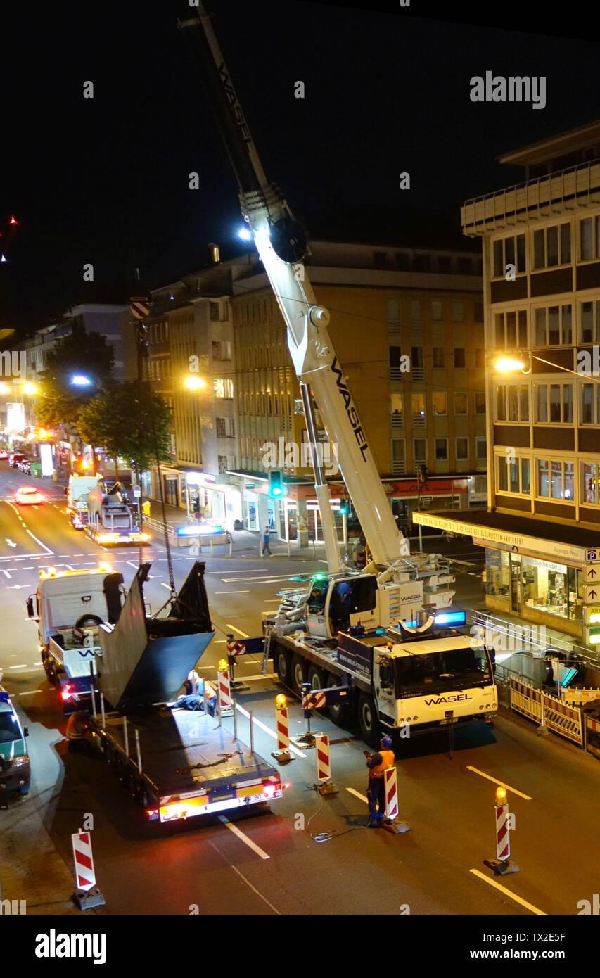 Düsseldorf, Erneuerung einiger Rolltreppen, hier Oststraße Ecke Steinstraße/Friedrich-Ebert-Straße, Juni 2016. Abtransport der alten Treppe.; on14. Juni 2016; Eigene Arbeit; Kürschner (Talk) 07:01, 15. Juni 2016 (UTC); Stockfoto