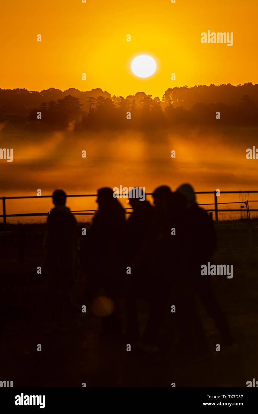 Die 2019 Sommersonnenwende in Stonehenge, Wiltshire, UK, sieht eine Menschenmenge in seinen Tausenden zu warten und die Sonne am längsten Tag beobachten. Stockfoto