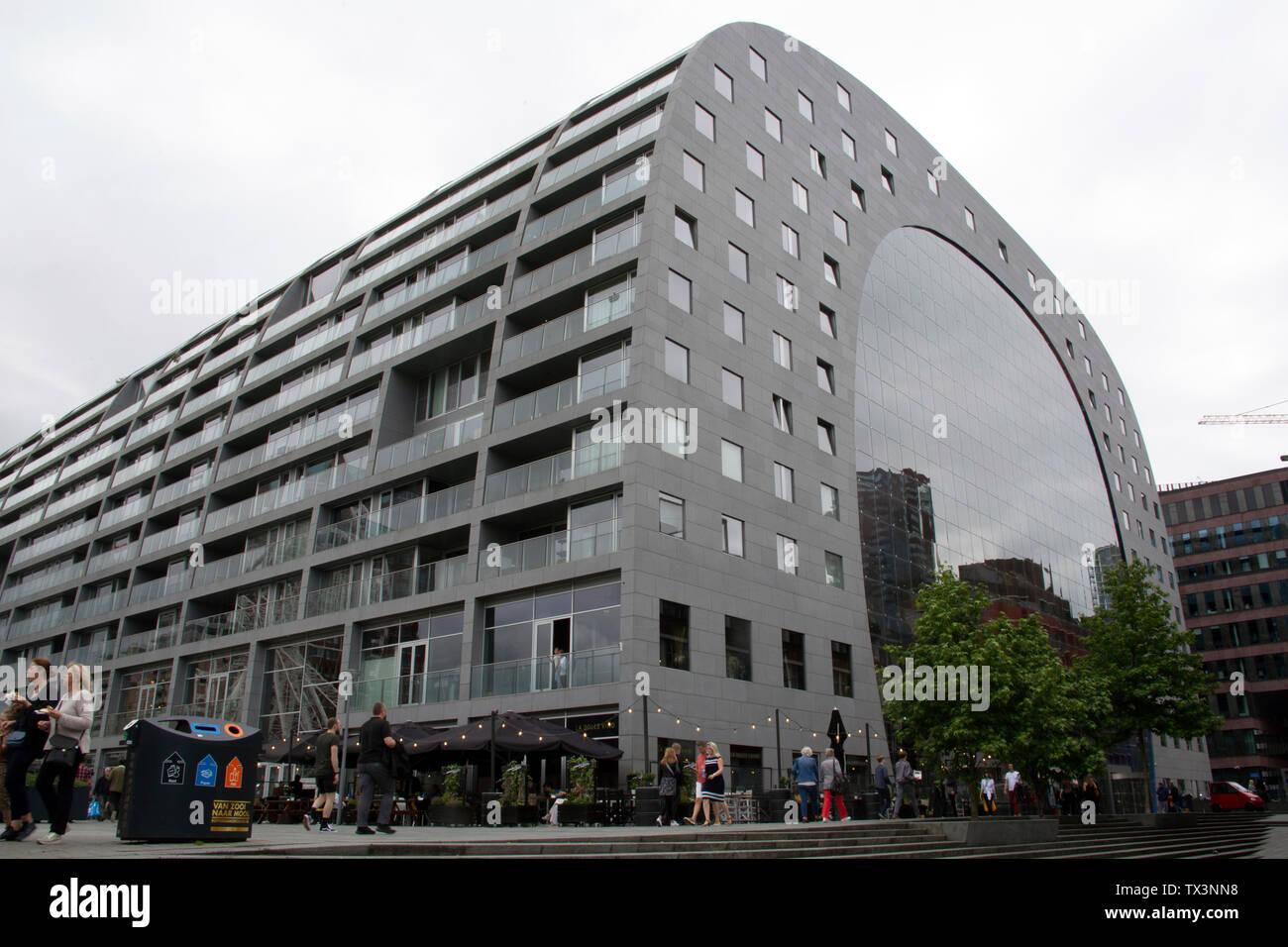Die Halle - Markthal - ein Wohn- und Geschäftshaus mit einer Halle unter, Binnenrotte, Rotterdam, Niederlande Stockbild