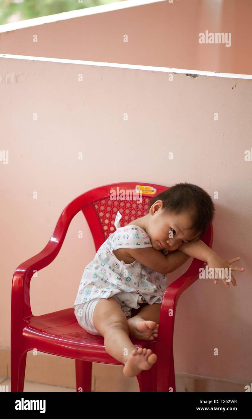 Ein Baby in einem Waisenhaus in Vietnam, Saigon, Ho Chi Minh City Stockbild