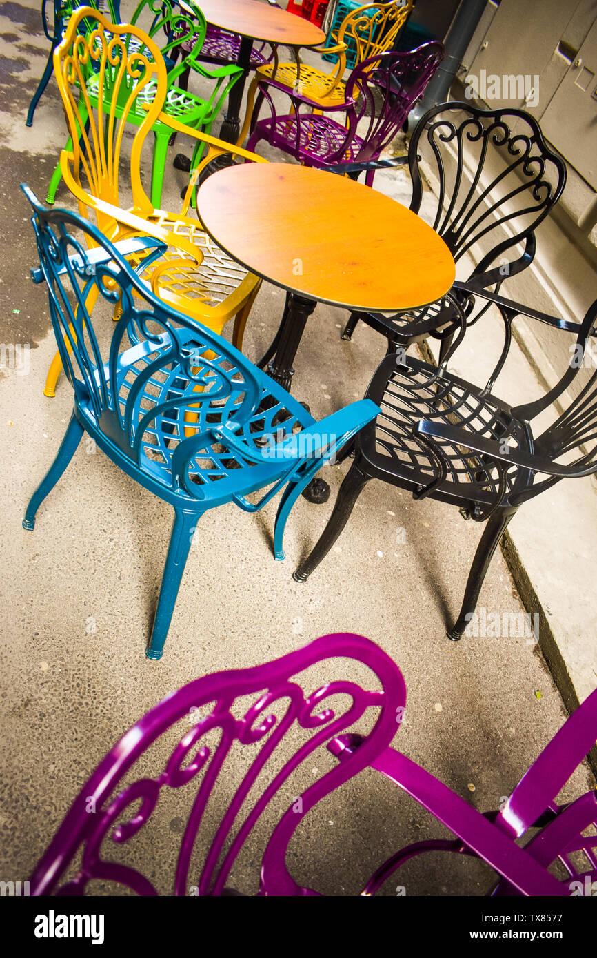 Leere Vintage Terrasse In Die Historische Innenstadt Mit Bunten Stuhlen Auf Dem Gehsteig Burgersteig Bunte Stuhle In Retro Atmosphare Im Cafe Bar Ubertreffen Stockfotografie Alamy
