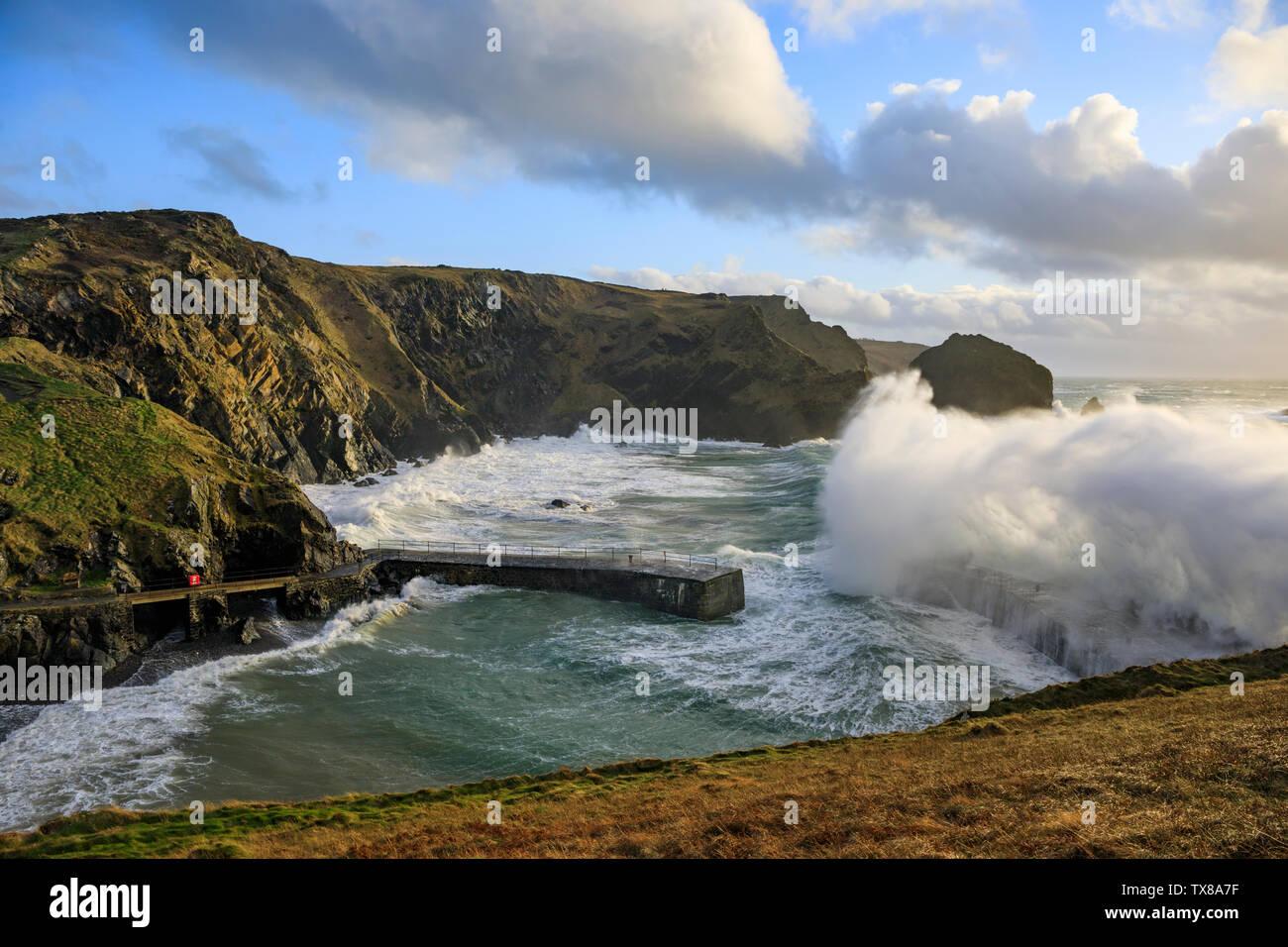 Eine brechende Welle an Mullion Hafen in Cornwall. Stockbild