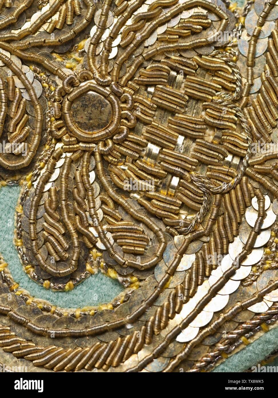 Herrenanzug (Bild 6 von 11); Frankreich, ca. 1760 Kostüme; Hauptkleidung (gesamter Körper) Mantel und Weste: Einfarbiges Wollgewebe, volllackiert, mit Pailletten und metallisch-fächergestickten appliqués; Breschen: Einfarbiges Wollgewebe, volllackiert, mit Seide und Passementerie mit Metallfaden A) Mantel mittlere Rückenlänge: 40 1/4 x. (102,235 x ); b) Weste hinten mittig Länge: 29 3/4 x . (75,565 x ); c) Länge Der Innennaht: 18 1/4 Zoll (46,355 cm); c) Länge Der Seite: 25 Zoll (63,5 cm) Mit Mitteln von Suzanne A. Saperstein und Michael und Ellen Michelson, mit zusätzlichem Fu Erworben Stockfoto