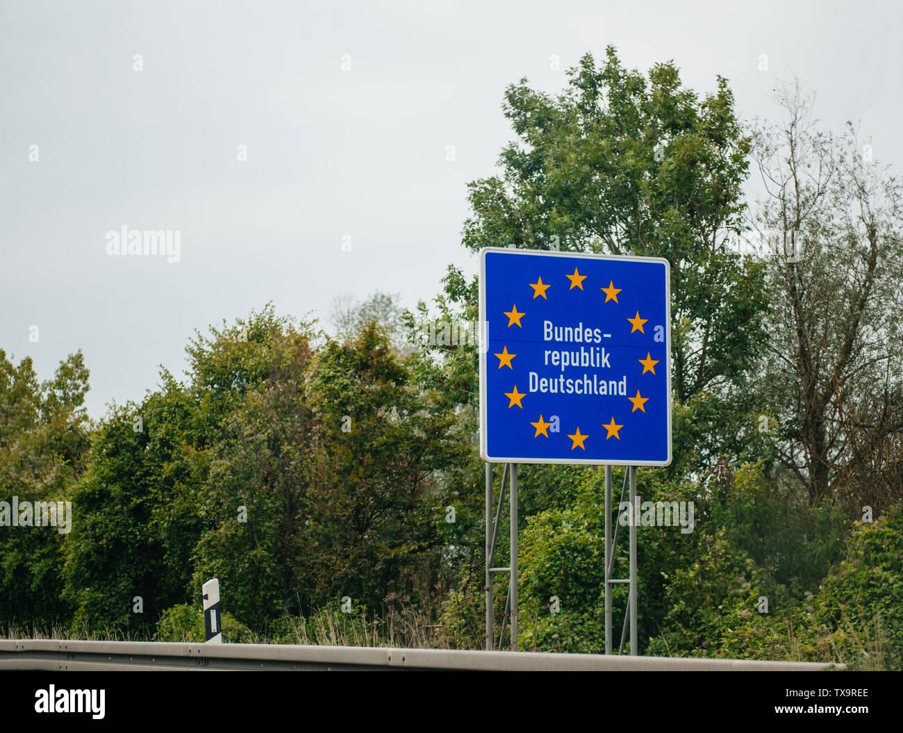 Eingang Straße Autobahn Zeichen in Deutschland, Mitglied der Europäischen Union mit Text Bundesrepublik Deutschland Stockfoto