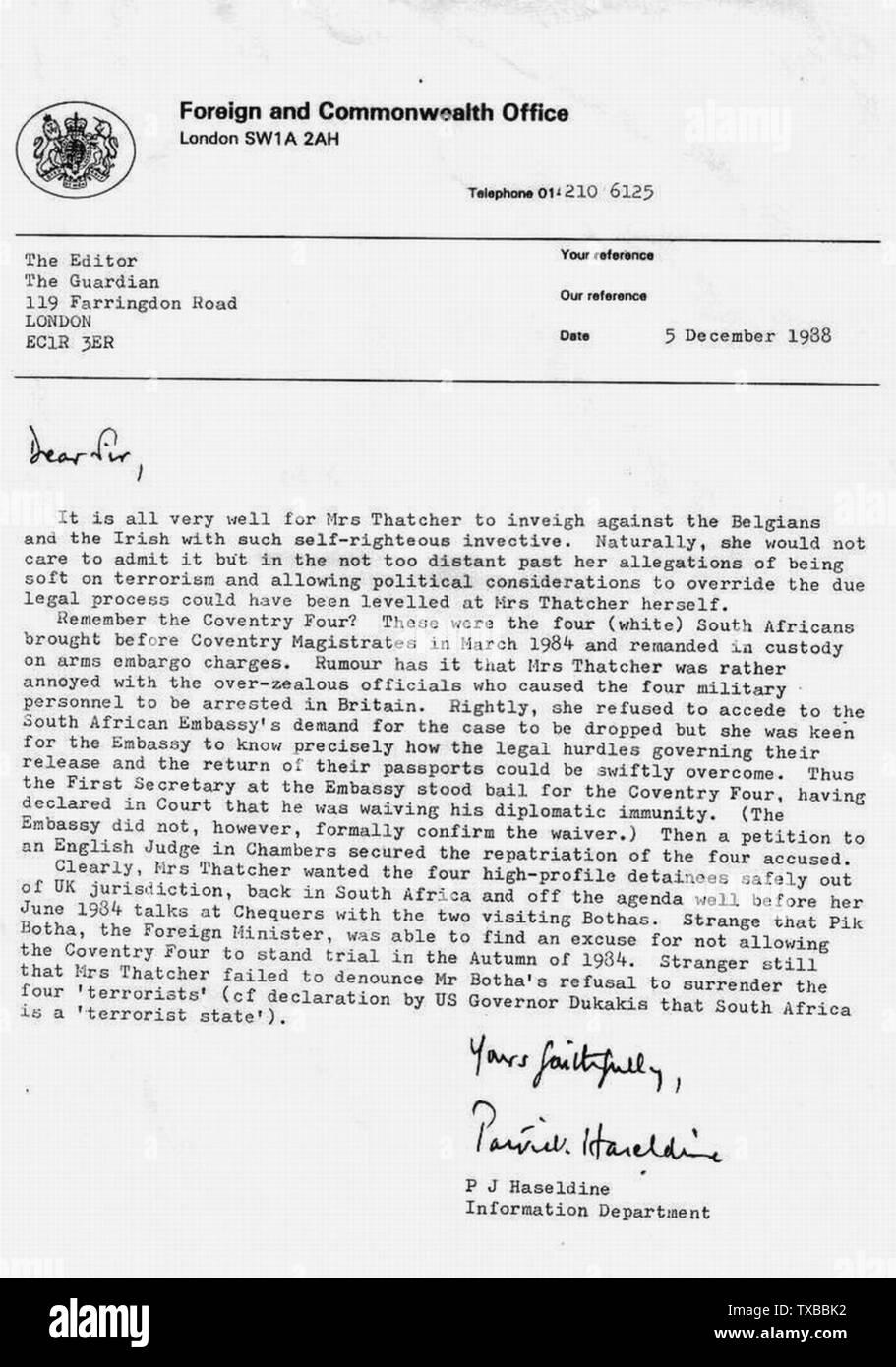 """Am 5. Dezember 1988 habe ich einen Brief mit FCO-Kopf eingegeben und an die Zeitung Guardian geschickt. Am 6. Dezember 1988 rief mich der Journalist Richard Norton-Taylor beim FCO an, um zu bestätigen, dass ich den Brief veröffentlichen wollte. Am 7. Dezember 1988 schrieb Herr Norton-Taylor einen Artikel auf der Titelseite mit dem Titel FO offizielle Rufe Thatcher Stance 'Selbst-rechtschaffene und Der Guardian veröffentlichte den Brief unter der Überschrift The Double Standards on Terrorism auf Seite 22 (siehe Bild:PatrickHaseldine3). Ein Jahr später wurde mein zweiter Brief mit dem Titel """"Finger of Misstrauen"""" im Guardian am veröffentlicht Stockfoto"""