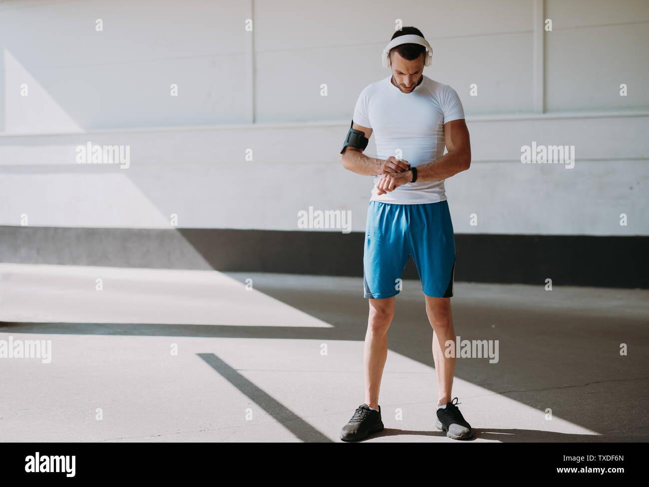 Junge Mann Laufen draußen in den Morgen lieferbar Stockfoto