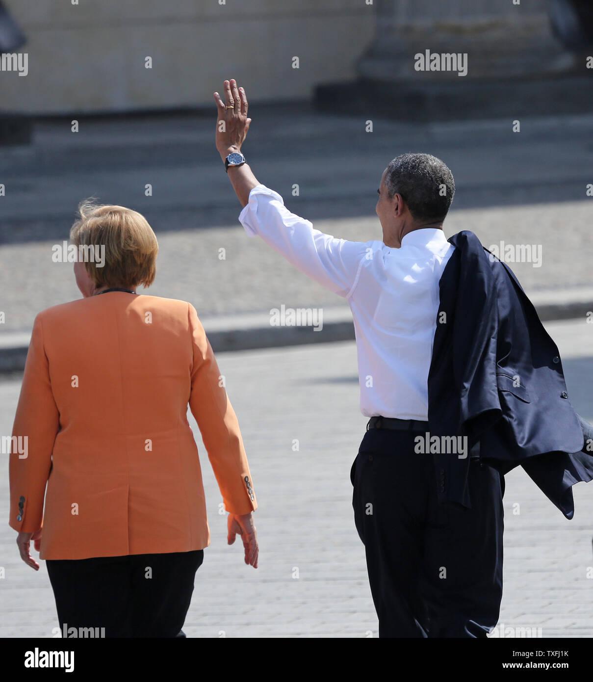 """Us-Präsident Barack Obama (R) und die deutsche Bundeskanzlerin Angela Merkel verlassen das Brandenburger Tor nach einer Rede am historischen Ort in Berlin, die am 19. Juni 2013. Obama ist in Berlin auf seinem ersten offiziellen Staatsbesuch in Deutschland und sprach an der gleichen Stelle wie fünfzig Jahre zuvor US-Präsident John F. Kennedy seinen berühmten """"Ich bin ein Berliner (ich bin ein Berliner)' Adresse zugestellt. UPI/David Silpa Stockfoto"""