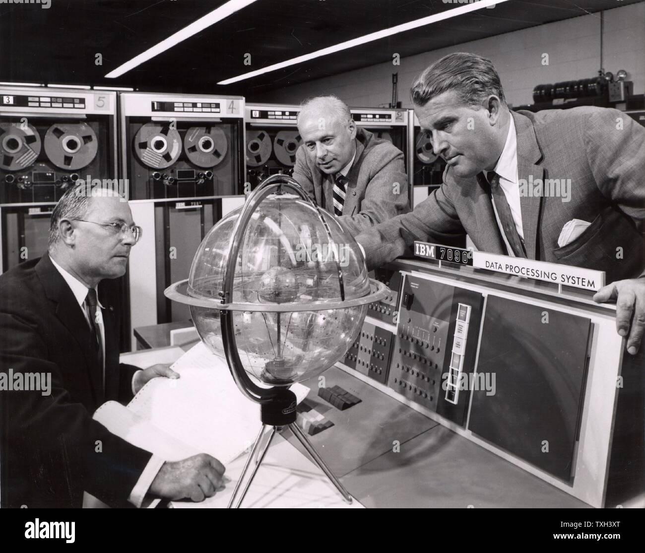 Wernher von Braun (1912-1977) deutscher Wissenschaftler im Rakete Programm seines Landes beteiligt. Nach dem Zweiten Weltkrieg nahm er uns Nationalität. Er wurde Direktor der NASA und als Vater der US Space Programm angesehen. Von Braun im Jahre 1960, als Direktor des Marshall Space Flight Center, im Gespräch mit Dr. Helmut Hoelzer und Dr. Eberhard Rees, sein Stellvertreter. Stockfoto