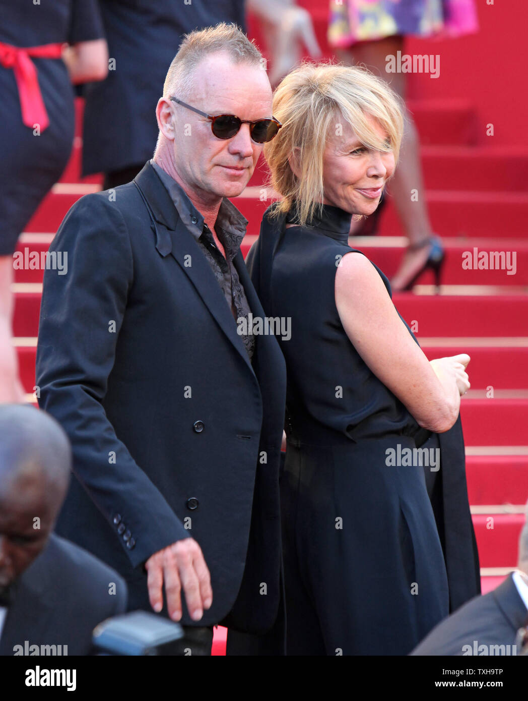 """Sting und seine Ehefrau Trudie Styler ankommen auf dem roten Teppich vor der Vorführung des Films """"ud"""" während die 65. jährliche Internationale Filmfestspiele von Cannes in Cannes, Frankreich am 26. Mai 2012. UPI/David Silpa Stockfoto"""