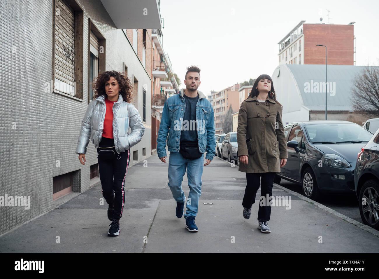 Freunde Theaterspielen Laufsteg auf Bürgersteig, Milano, Lombardei, Italien Stockbild
