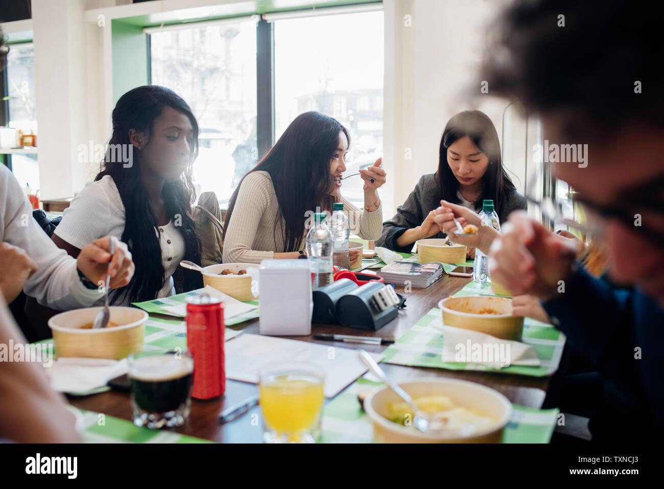 Junge männliche und weibliche Business Team gemeinsame Mittagessen im Cafe Stockfoto