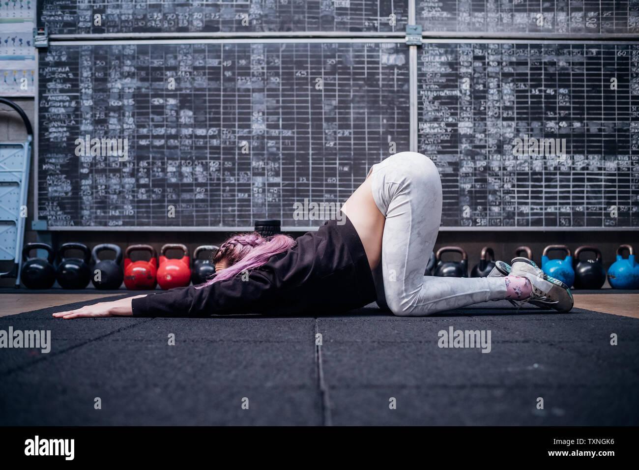 Junge Frau stretching Oberkörper in der Turnhalle Stockbild