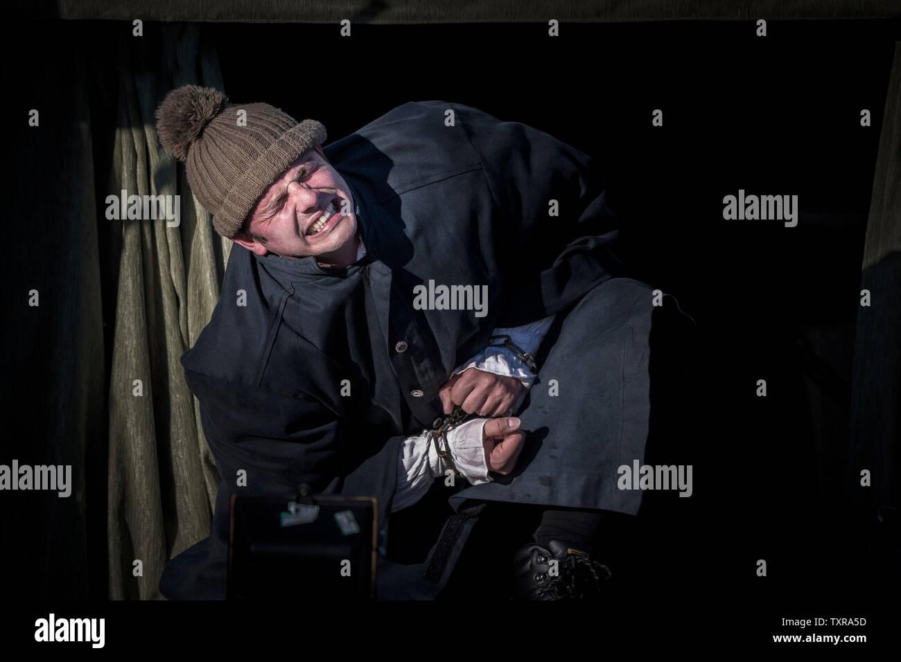 Schauspieler Chris Wills, der die Rolle des Caliban in einem freien Theater Produktion Der Sturm von Illyria Theater in Falmouth in Cornwall. Stockbild