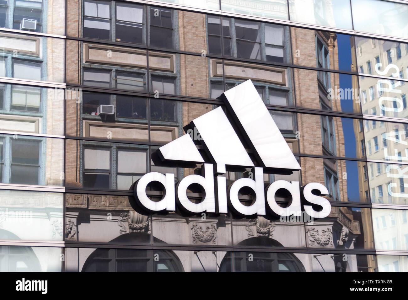 NEW YORK, USA - 16. MAI 2019: Adidas Logo auf einem Store Front in Manhattan, New York Stockfoto