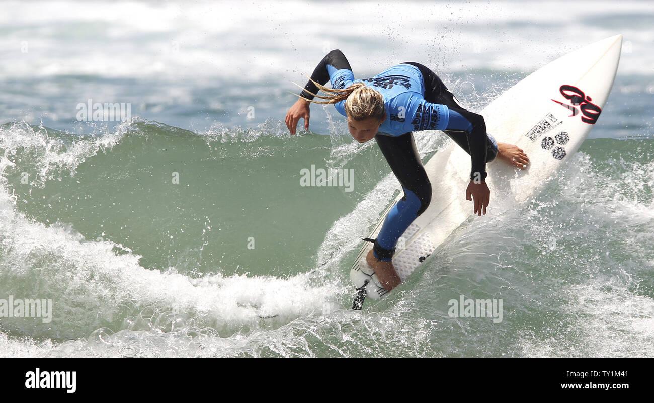 Lakey Pererson der uns während der Frauen Viertelfinale konkurriert heizt der US Open des Surfens in Huntington Beach am 6. August 2010. UPI/Lori Shepler Stockfoto