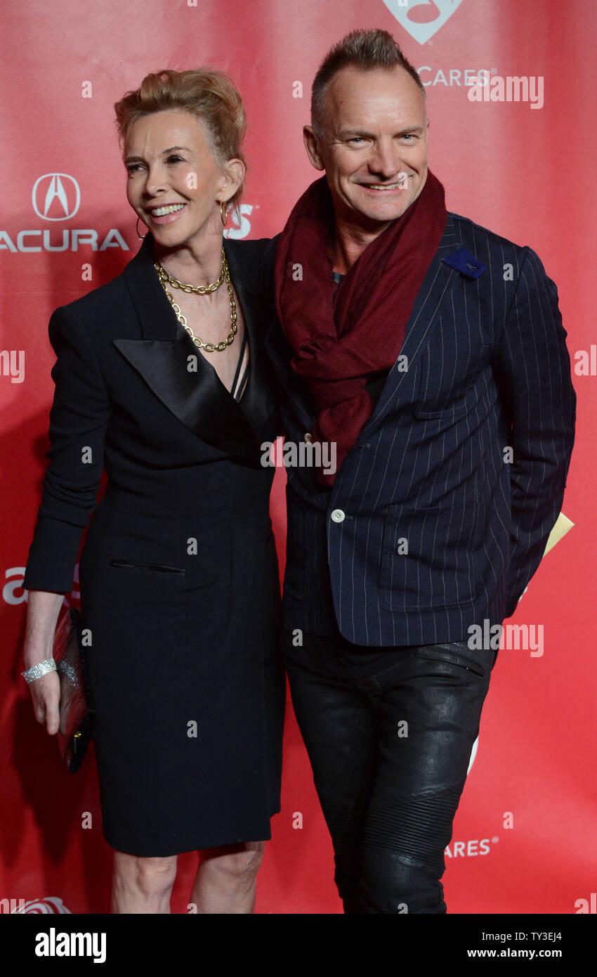 Musiker Sting und seine Ehefrau Trudie Styler, Hersteller kommen an der 2013 MusiCares Person des Jahres Gala zu Ehren Bruce Springsteen in Los Angeles am 8. Februar 2013 in Los Angeles. UPI/Jim Ruymen Stockfoto