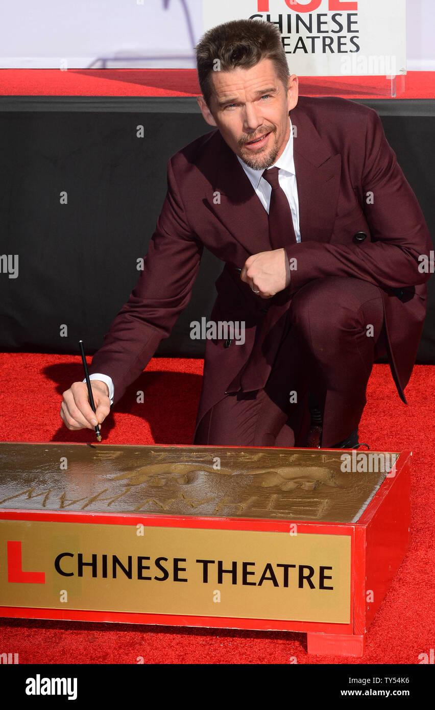 """Schauspieler Ethan Hawke beteiligt sich an einem Hand- und Fußabdruck Zeremonie ihn ehrt in TCL Chinese Theatre in Hollywood"""" in Los Angeles am 5. Dezember 2014. Hawke können weiter in dem in Kürze zu Sci-Fi-Thriller """"Prädestination"""" freigegeben werden, gesehen werden. Foto/Jim Ruymen/UPI Stockfoto"""
