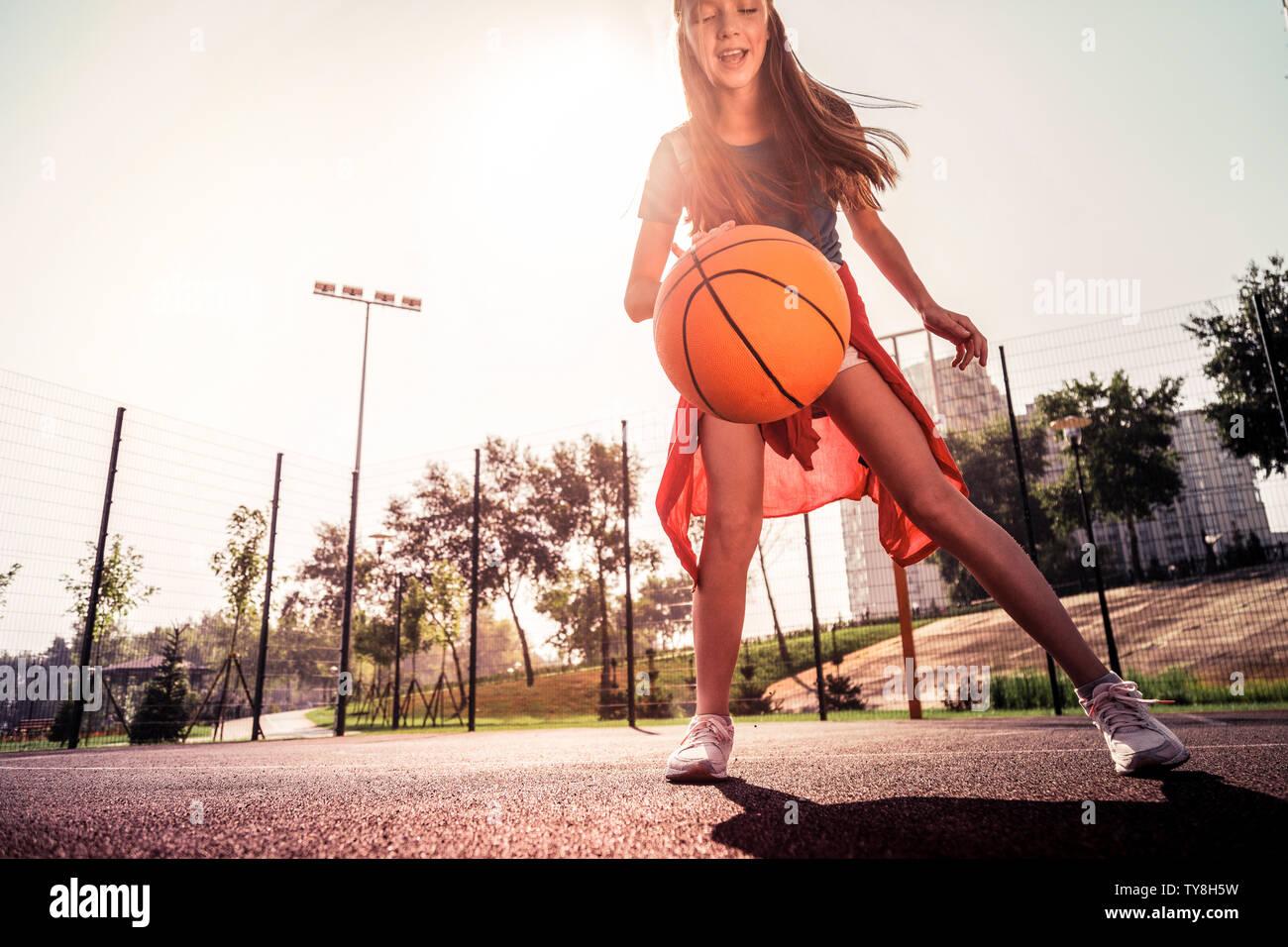 Kreischen skinny kleines Mädchen im Basketball Spiel erlebt, Stockbild