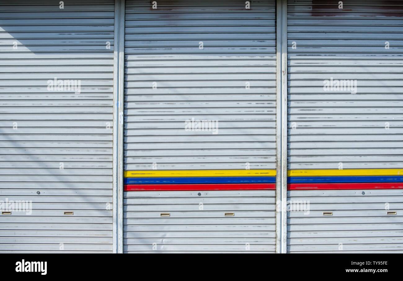 Eisen Schiebetür garage mit Sonnenlicht Hintergrund Stockfoto, Bild ...