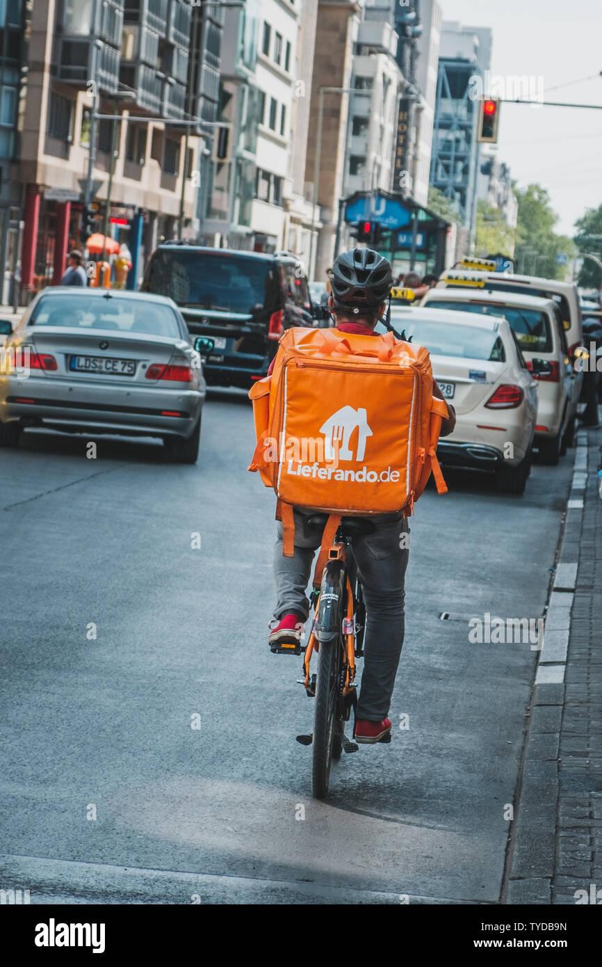 Berlin, Deutschland   Juni, 20 die Person auf dem Fahrrad fuer ...