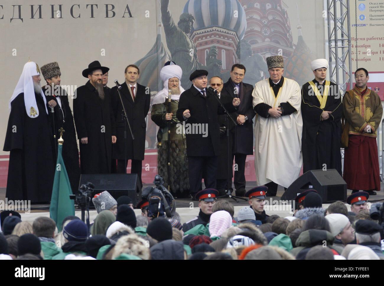 Russisch-orthodoxe Patriarch Kyrill (L) steht mit dem Russischen Lubavitch Juden Rabbiner Berl Lazar (3 L) und die verschiedenen Land religiöse Führer, wie sie ausserhalb der Rote Platz in Moskau während einer Prozession nationalen Tag der deutschen Einheit am 4. November 2009 zu feiern, hören, Moskaus Bürgermeister Juri Luschkow (C). UPI/Anatoli Zhdanov Stockfoto