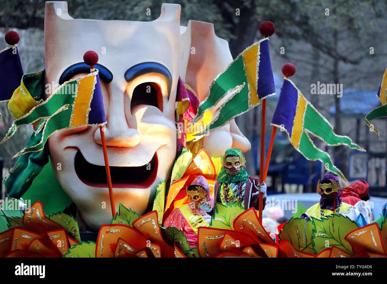 Die Krewe von Orpheus Paraden, Napoleon Avenue 16. Februar 2015. 1993 gegründet, die Krewe von Orpheus hat seinen Namen von der musikalisch geneigt, Sohn des Zeus und der Calliope. Gründungsmitglieder enthalten Harry Connick, sowohl der Junior und Senior. Foto von A.J. Sisco/UPI Stockbild