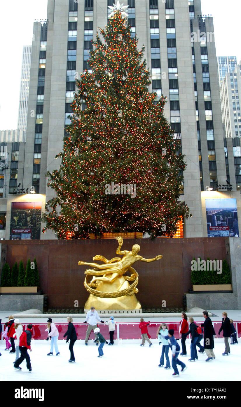 Wo Steht In New York Der Weihnachtsbaum.Skater Gleiten An Der Freiheitsstatue Promentheus Wie Die 74 Fuß