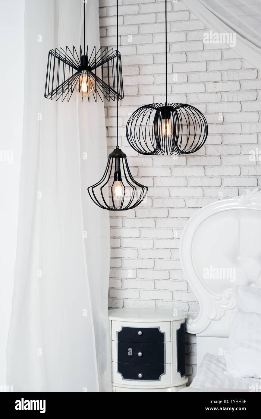 Schwarz Lampen In Helles Schlafzimmer Innenraum Drei Modernen Schwarzen Lampen Aufhangen Stockfotografie Alamy