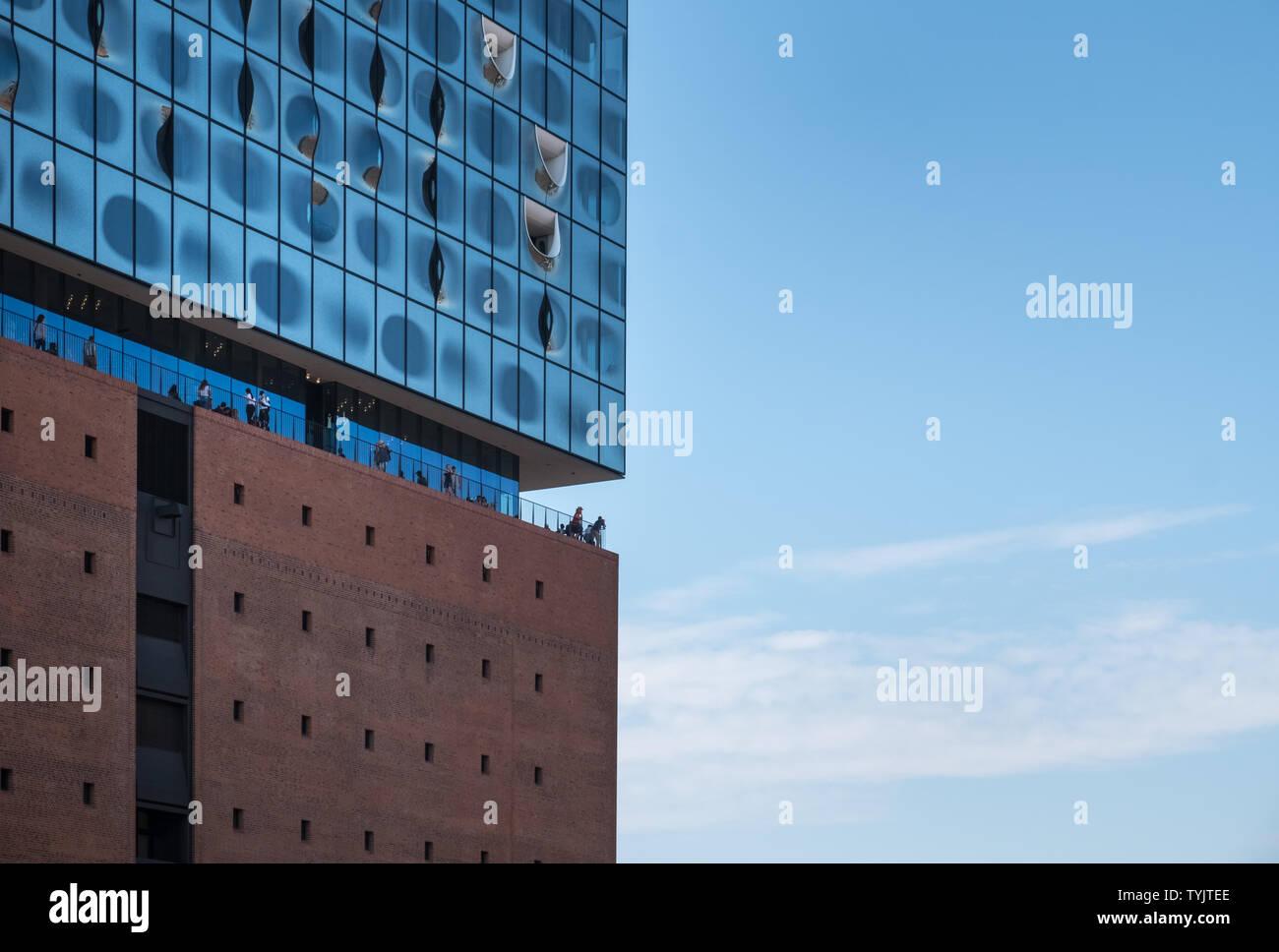 Elbphilharmonie (Elbphilharmonie), einem modernen Konzertsaal mit zeitgenössischer Architektur in der HafenCity, Hamburg, Deutschland. Stockbild