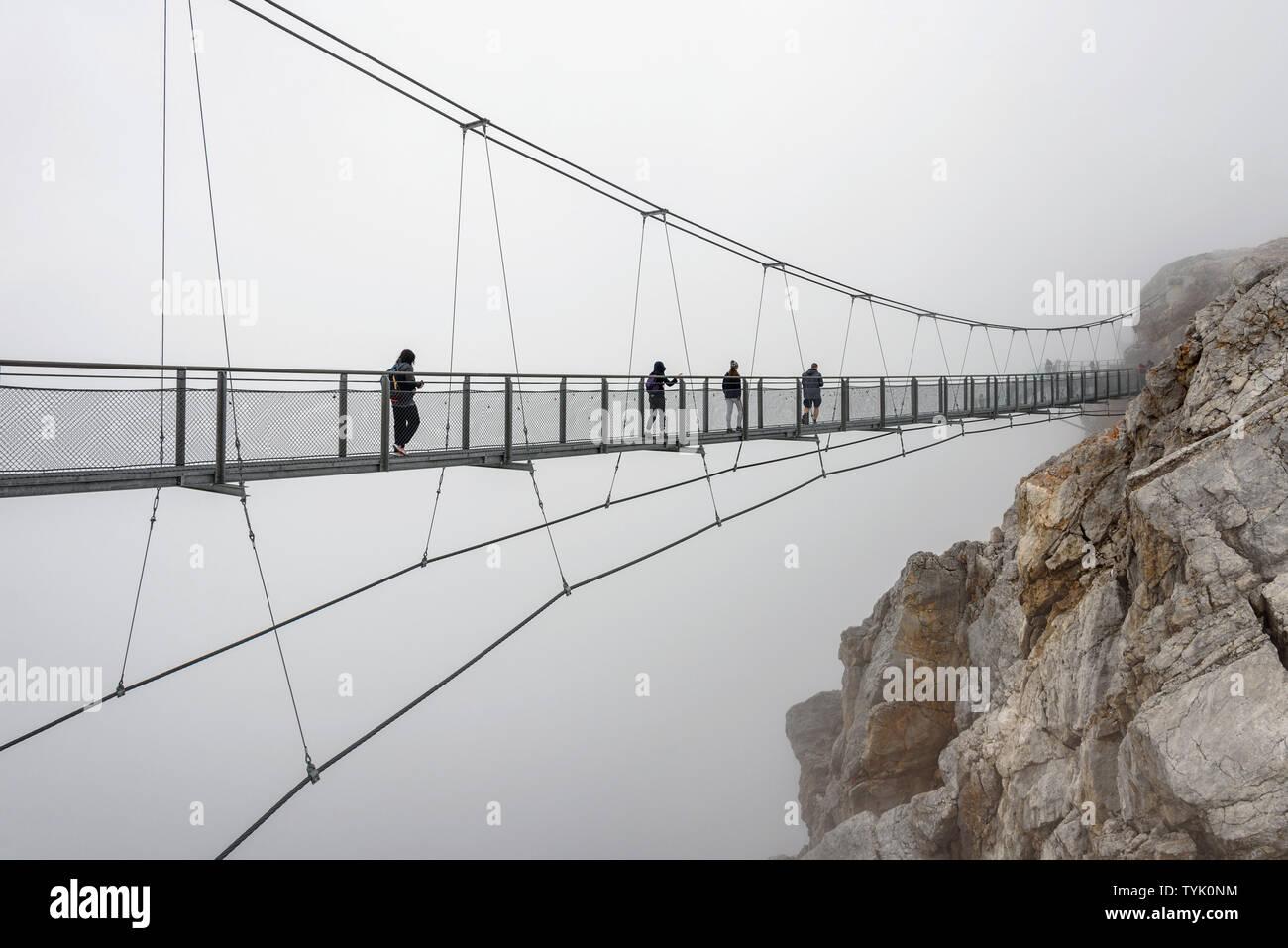 Die hängebrücke an der Spitze der Dachstein in Österreich ...