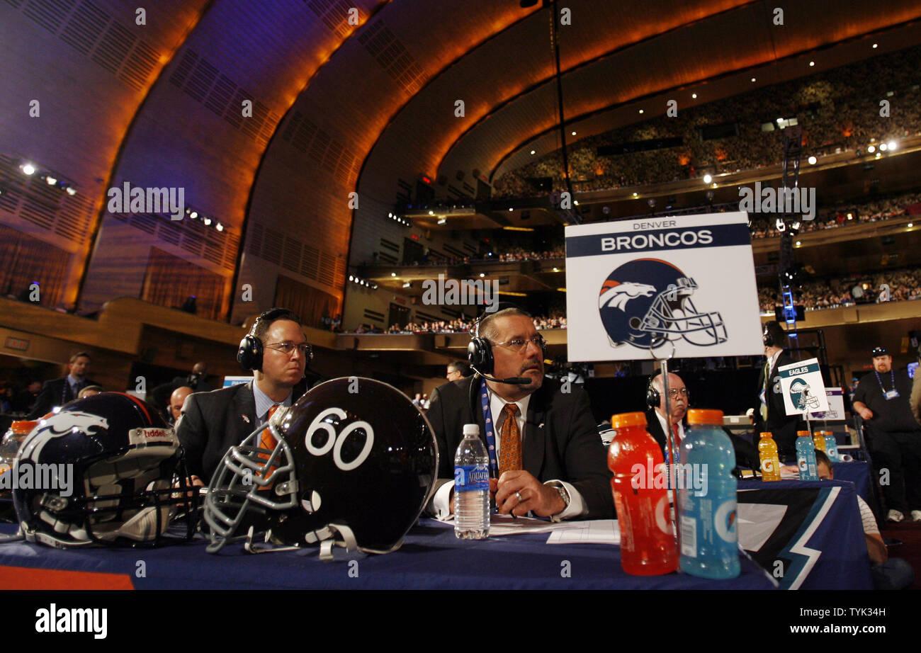 Denver Broncos Organisation Mitglieder Kurk Dyer und Derek Thomas (L) Arbeit am Schreibtisch vor die Broncos wählen Sie Georgien RB Knowshon Moreno als #12 Pick im 2009 NFL Draft in der Radio City Music Hall in New York City am 25. April 2009. (UPI Foto/John angelillo) Stockfoto