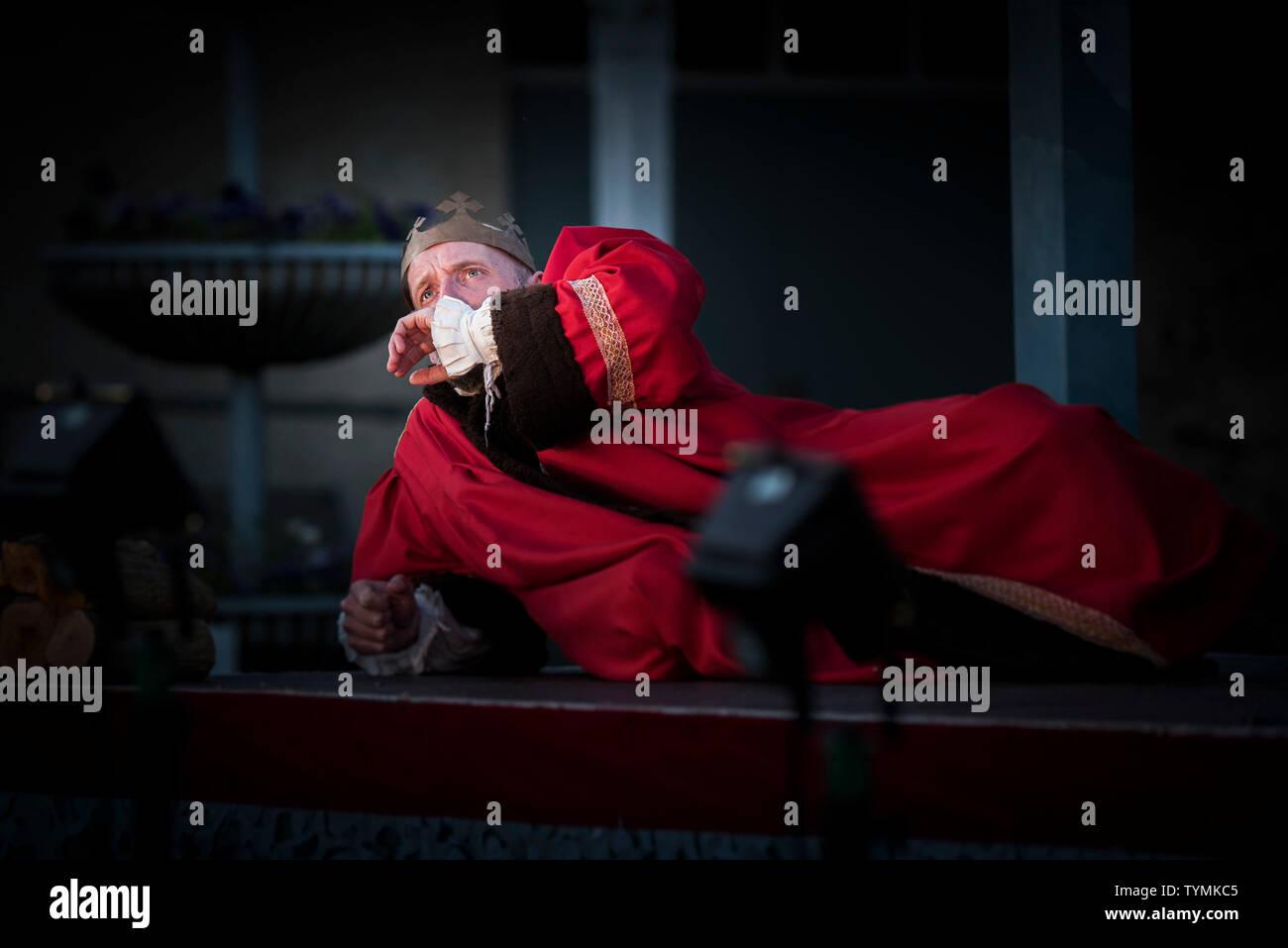 Schauspieler David Sayers, der die Rolle des Alonso, König von Neapel in einer freien Theater Produktion Der Sturm von Illyria Theater in Falmouth in Mais Stockbild