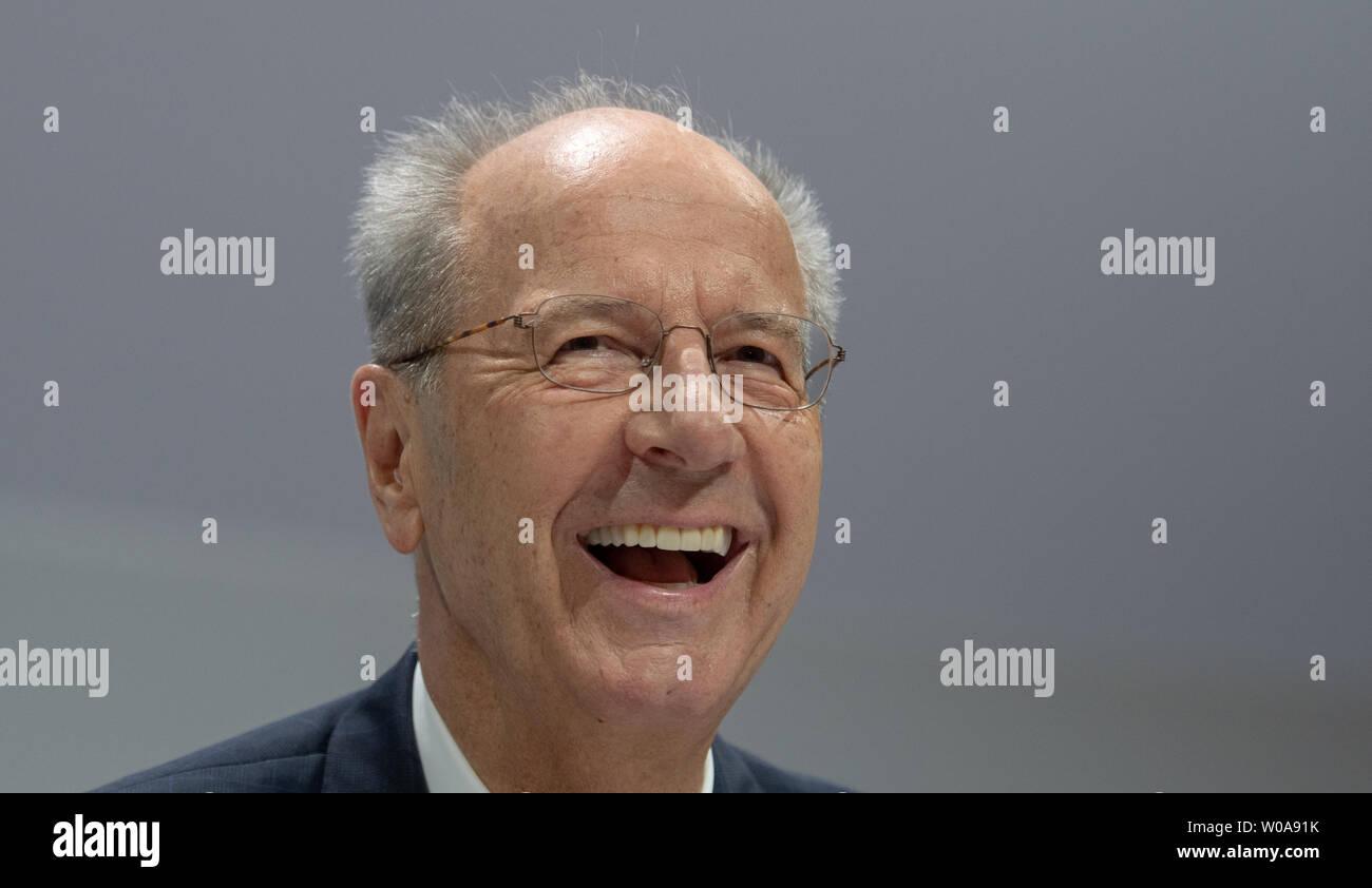 Stuttgart, Deutschland. 27 Juni, 2019. Hans Dieter Pötsch, Vorsitzender des Vorstands der Porsche Automobil Holding SE, lacht auf der Hauptversammlung. Porsche SE ist die VW-Holding. Quelle: Stefan Puchner/dpa/Alamy leben Nachrichten Stockbild