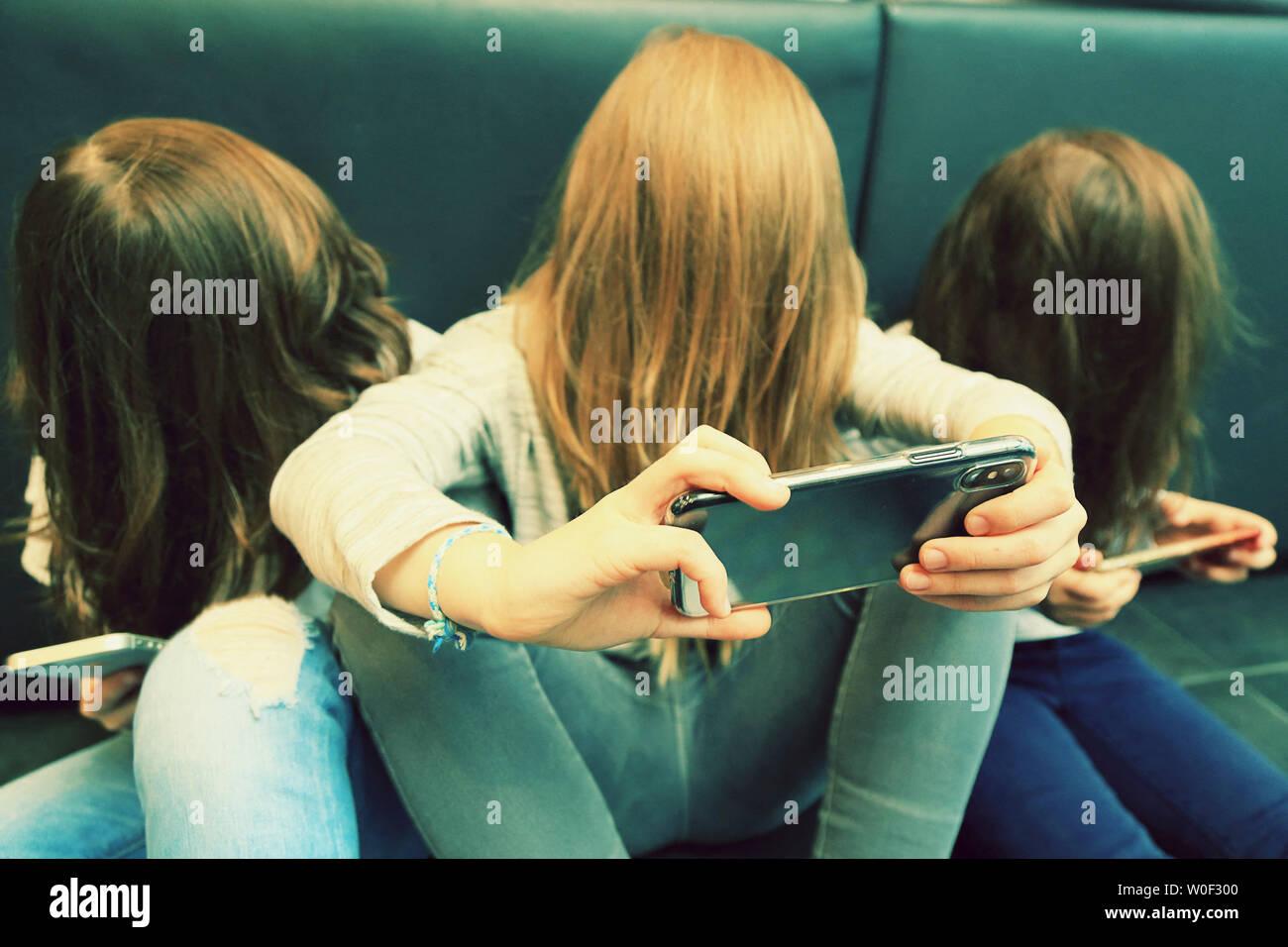 3 Mädchen mit Smartphone Stockfoto
