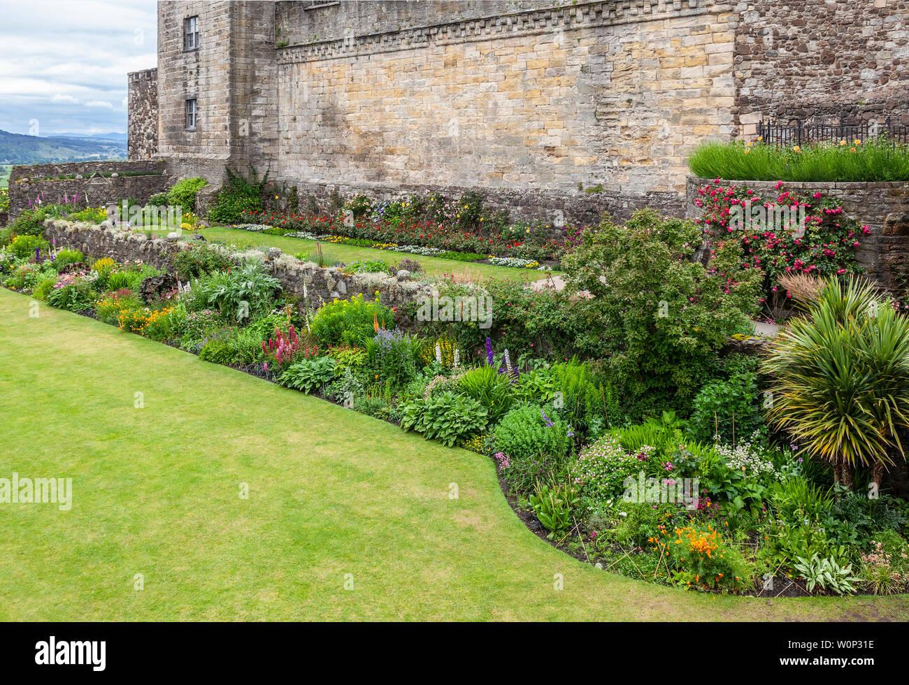 Das Queen Anne Gärten, dating vielleicht ab 1400, mit Rasen und Blumenrabatten, unter Stirling Castle, Schottland, Großbritannien Stockfoto