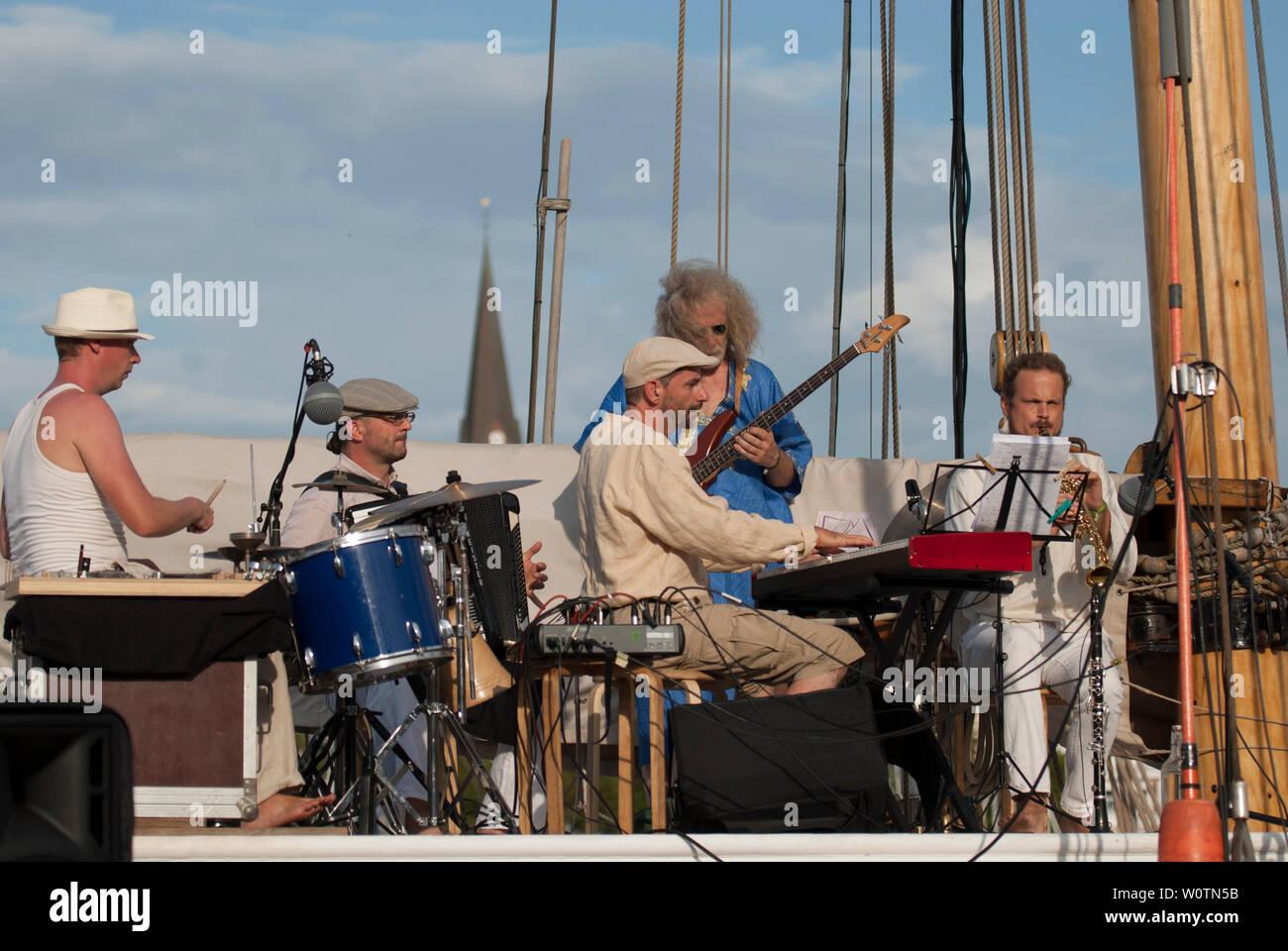 """Band spielt Jazz Rock auf dem traditionellen Segelschiff """"lovis"""" am 30.07.2018 im Flensburger Hafen (Inner Harbor) - und begleitete die gesamte Performance musikalisch Stockbild"""