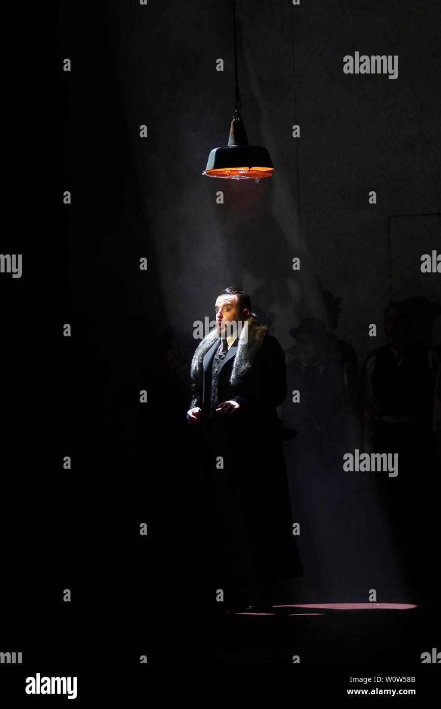 Am Freitag, den 30. November 2018, der Vorhang wird auf der Premiere von Georges Bizets Carmen in einer Produktion von Lindy Hume. Sie Partnern wieder einmal mit Dan Potra, die sowohl die eingestellte und die Kostüme. Matthias Foremny musikalisch leitet das Gewandhausorchester. Wallis Giunta, Mitglied des Ensemble und Preisträger beim Internationalen Oper Auszeichnungen 2018, gibt ihr Debüt als Carmen. Olena Tokar und Sandra Maxheimer auch ihre Rollen als Micaëla und Mercédès, beziehungsweise Debüt. Leonardo Caimi singt Don José. Und Gezim Myshketa übernimmt die Rolle des Torero Escamillo. Stockbild