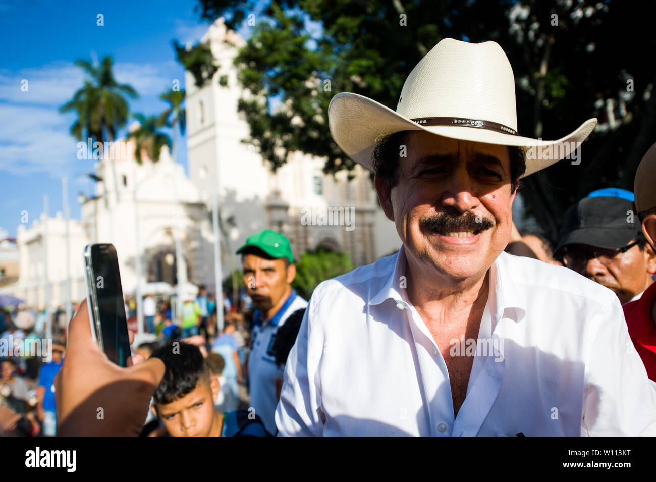 Tegucigalpa, Honduras. 29 Juni, 2019. Forme Honduras Präsident Manuel Zelaya nimmt Teil an einem Konzert zum 10 Jahr Jubiläum Putsch Credit: Camilo Freedman/ZUMA Draht/Alamy Leben Nachrichten gedenken Stockfoto