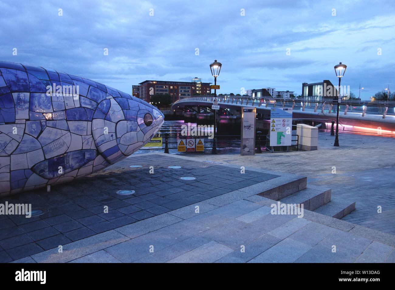 """Der große Fisch' den Lachs des Wissens"""" Skulptur von John Freundlichkeit in der Nähe der Lagan Wehr Fußgänger- und Zyklus Brücke, Belfast, Nordirland, Großbritannien. Stockfoto"""