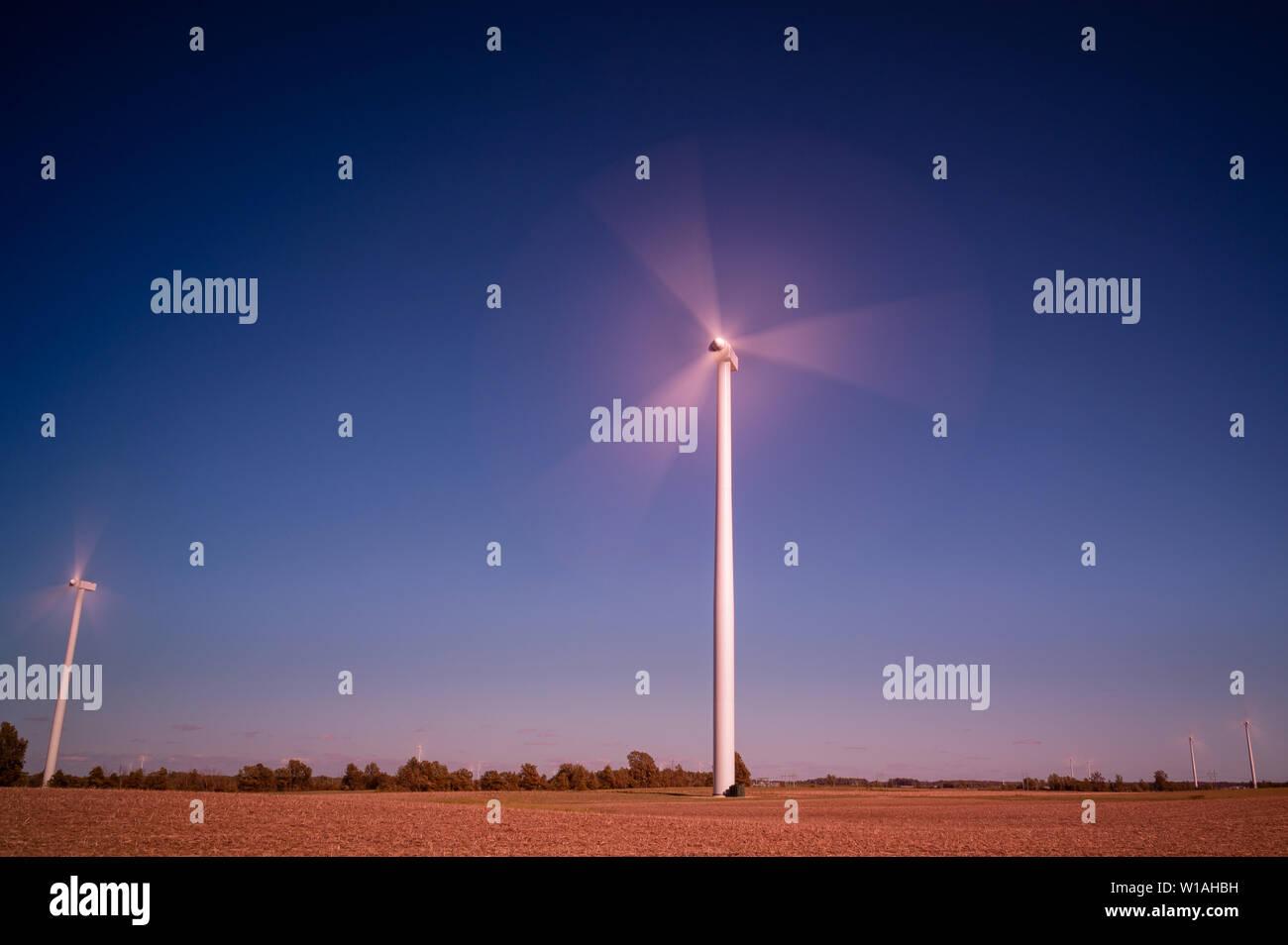 Horizontale Achse wind turbine Blades in den Wind drehen, Erstellen von Windenergie oder Windenergie in Central Indiana. © 2019 Mark Bealer Alle Rechte vorbehalten Stockbild