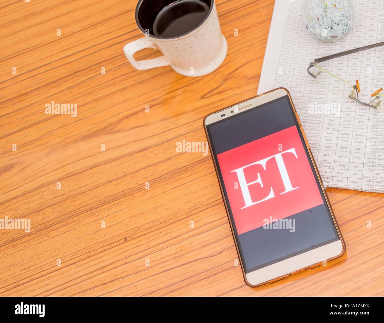 Kolkata, Indien, 3. Februar 2019: Zeiten (ET) News App sichtbar auf Mobiltelefon schön über einen Holztisch mit einer Zeitung platziert Stockfoto