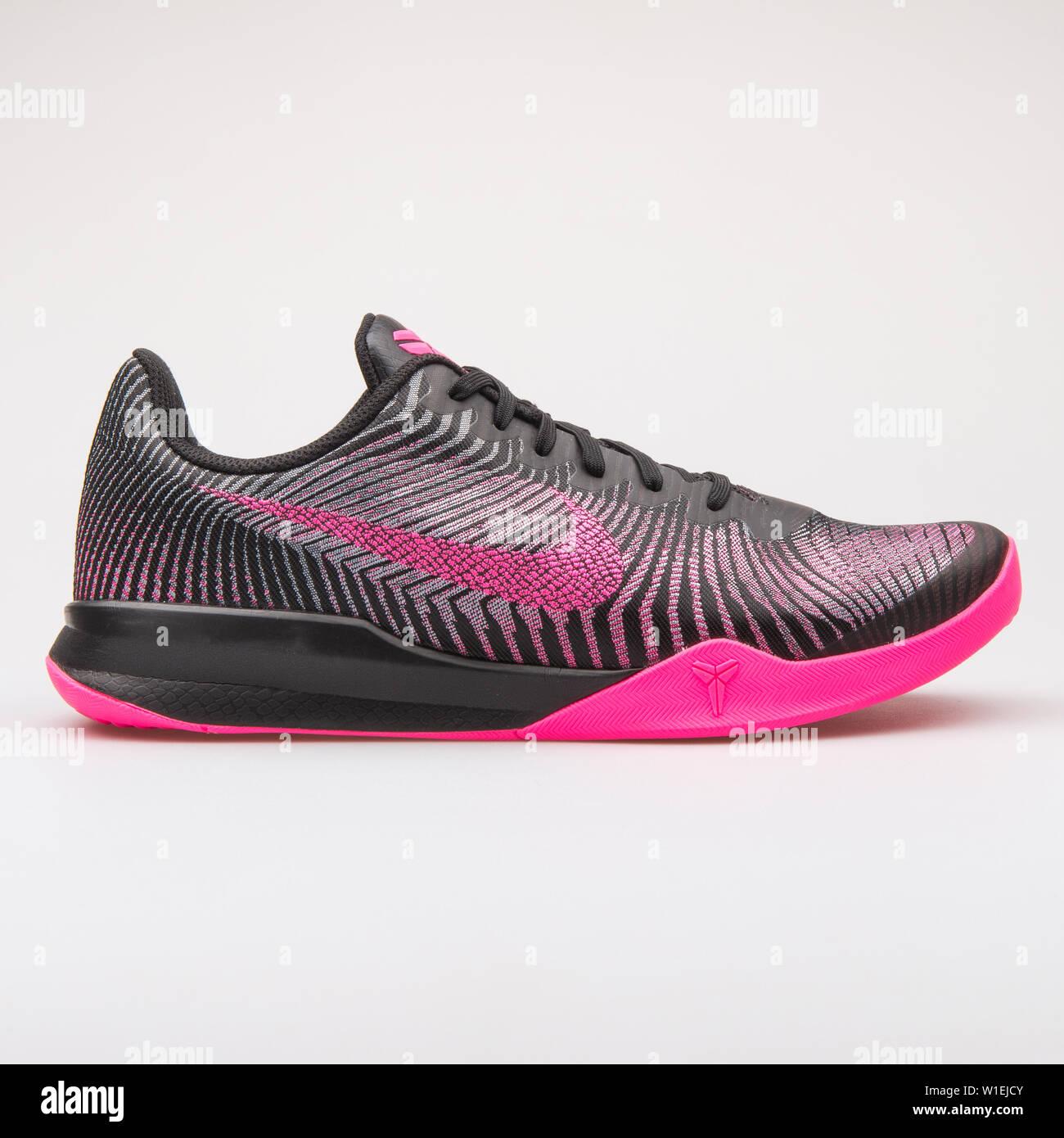 Wien, Österreich - 23 August 2017: Nike KB Mentalität 2 schwarz und pink Sneaker auf weißem Hintergrund. Stockfoto