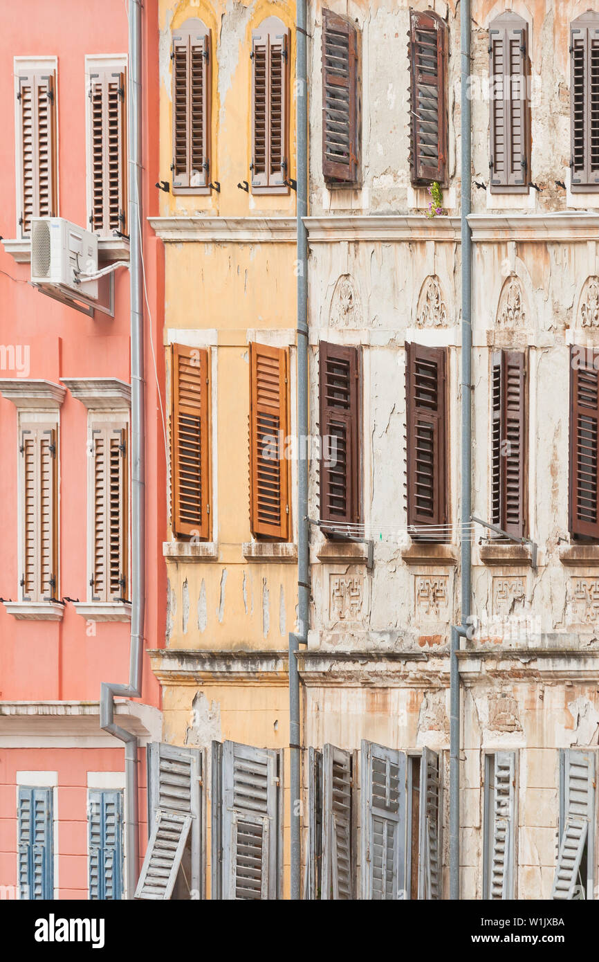 Rovinj, Istrien, Kroatien, Europa - Historische Fassaden mit Holz- gitter Windows Stockfoto