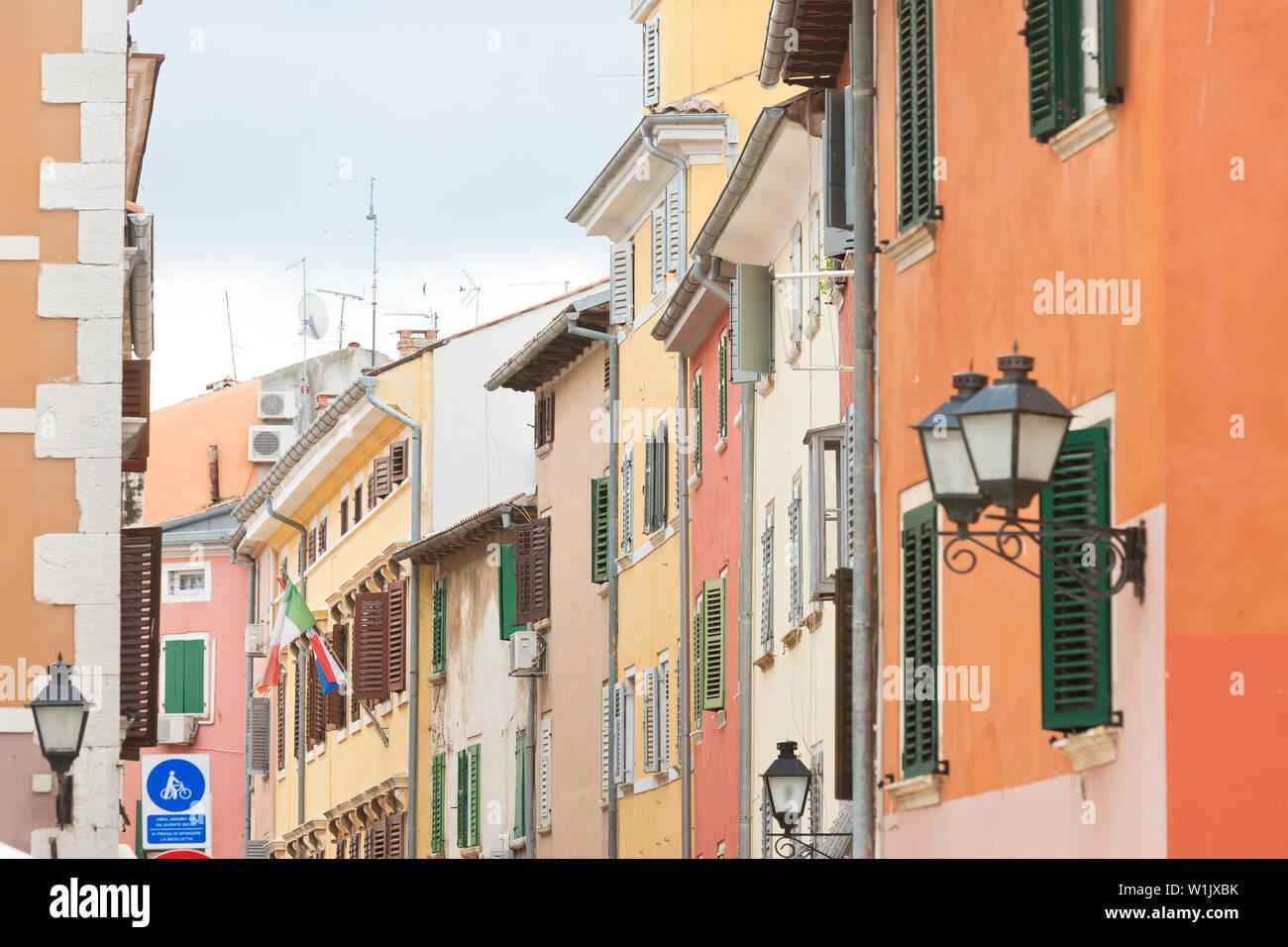 Rovinj, Istrien, Kroatien, Europa - Bunte Fassaden in den Gassen von Rovinj Stockfoto