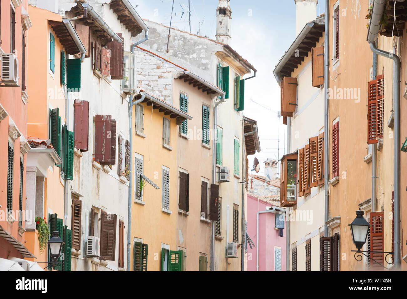 Rovinj, Istrien, Kroatien, Europa - hölzerne Gitter Jalousien an den Häusern von Rovinj Stockfoto