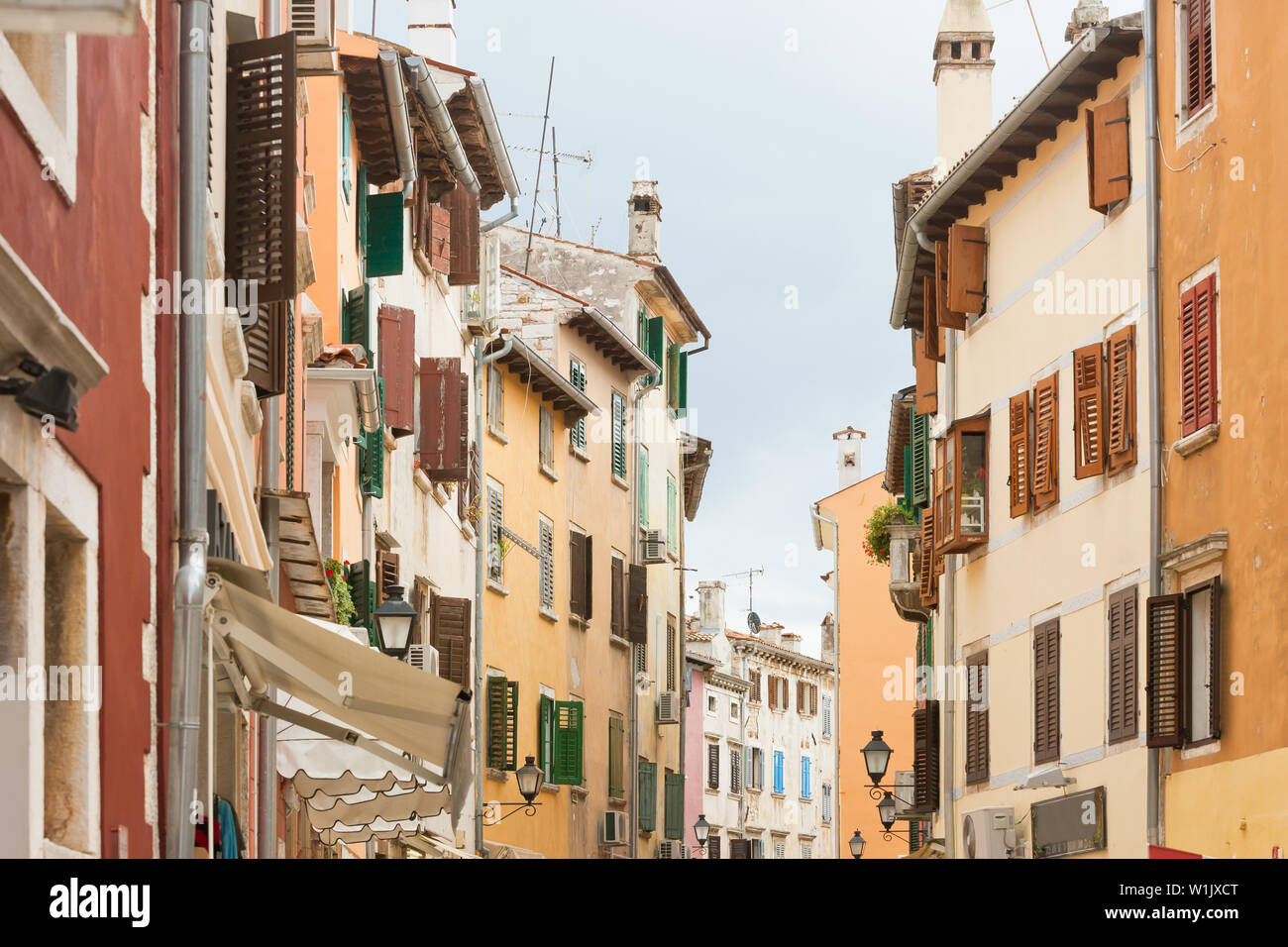 Rovinj, Istrien, Kroatien, Europa - Farbige Fassaden im Zentrum der Stadt Rovinj Stockfoto