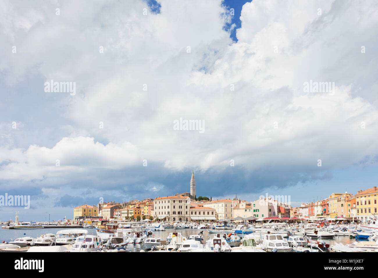 Rovinj, Kroatien, Europa - September 2, 2017 - eine Menge Motorboote am Hafen von Rovinj Stockfoto